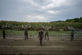 Hungary building its barb wired fence to block refugees access to pass.